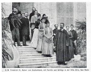 Il Kaiser con la famiglia ed i suoi dignitari sulla scalinata d'ingresso della Villa