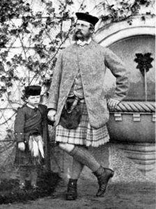 Federico col figlio con abiti scozzesi