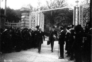 Il Premier britannico Lloyd George in uscita dalla Cancellata.